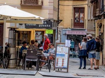 Una terraza llena de clientes en Toledo.