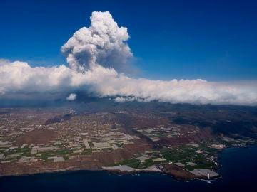 Suben a nivel rojo el código de color de la aviación en Canarias por los gases y la ceniza del volcán en La Palma