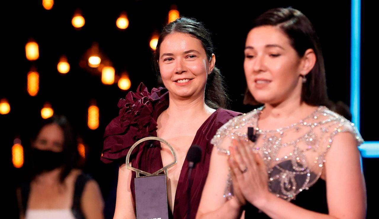 as rumanas, la realizadora Alina Grigore (i) y la productora Gabi Suciu tras recibir la Concha de Oro a la mejor película por su cinta 'Blue Moon'