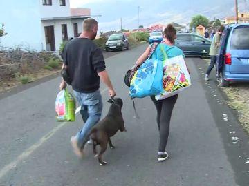 Personas siendo evacuadas en La Palma