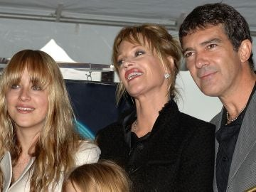 Dakota Johnson, Melanie Griffith y Antonio Banderas