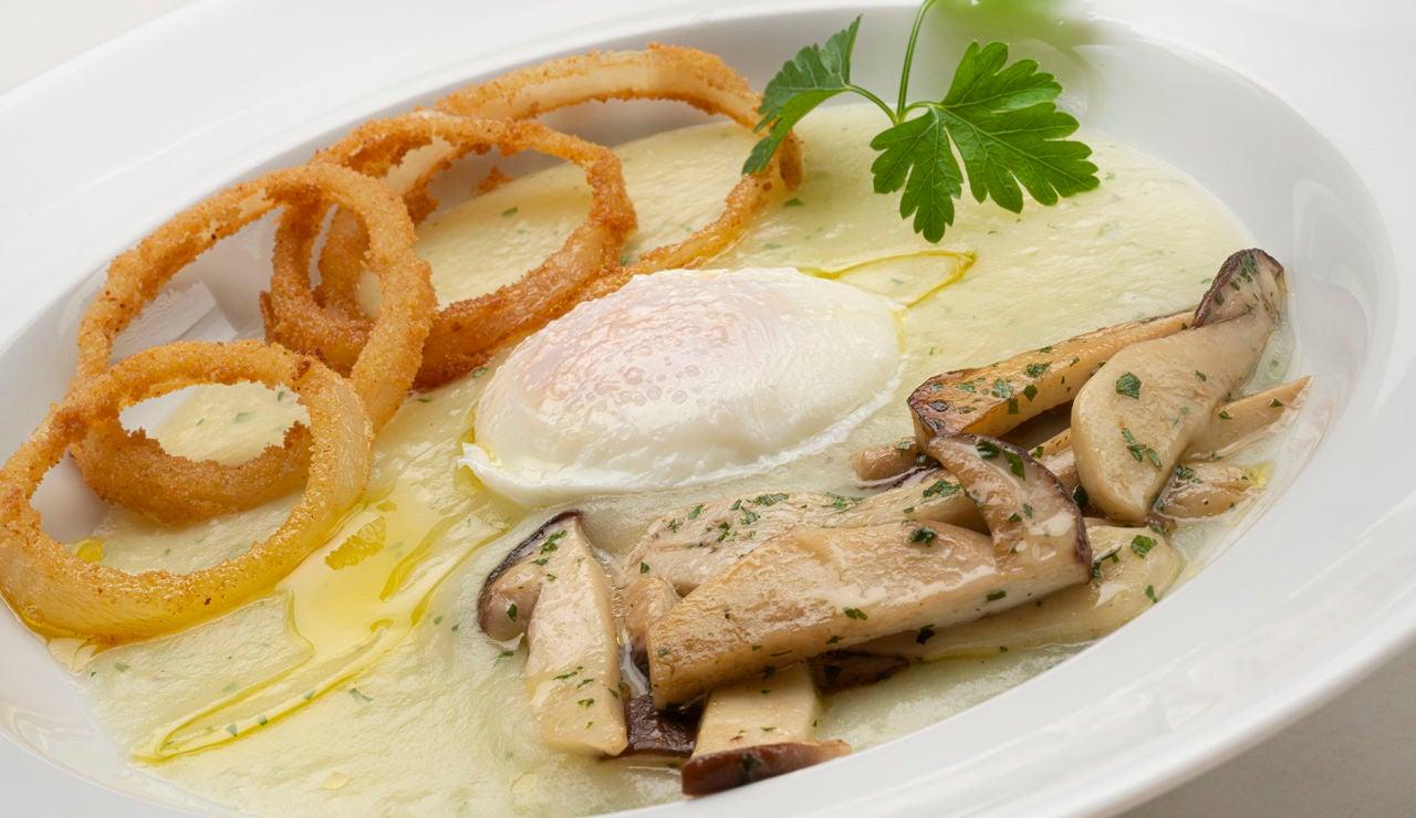 Receta de huevo con crema de patata, hongos y aros de cebolla, de Karlos Arguiñano