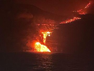 La lava del volcán de La Palma llega al mar y se confirma un fenómeno histórico