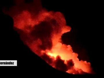 El momento en que la lava entra en contacto con el agua tras caer desde un acantilado y se produce el choque térmico