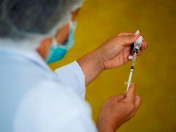 Una enfermera prepara una vacuna contra el coronavirus