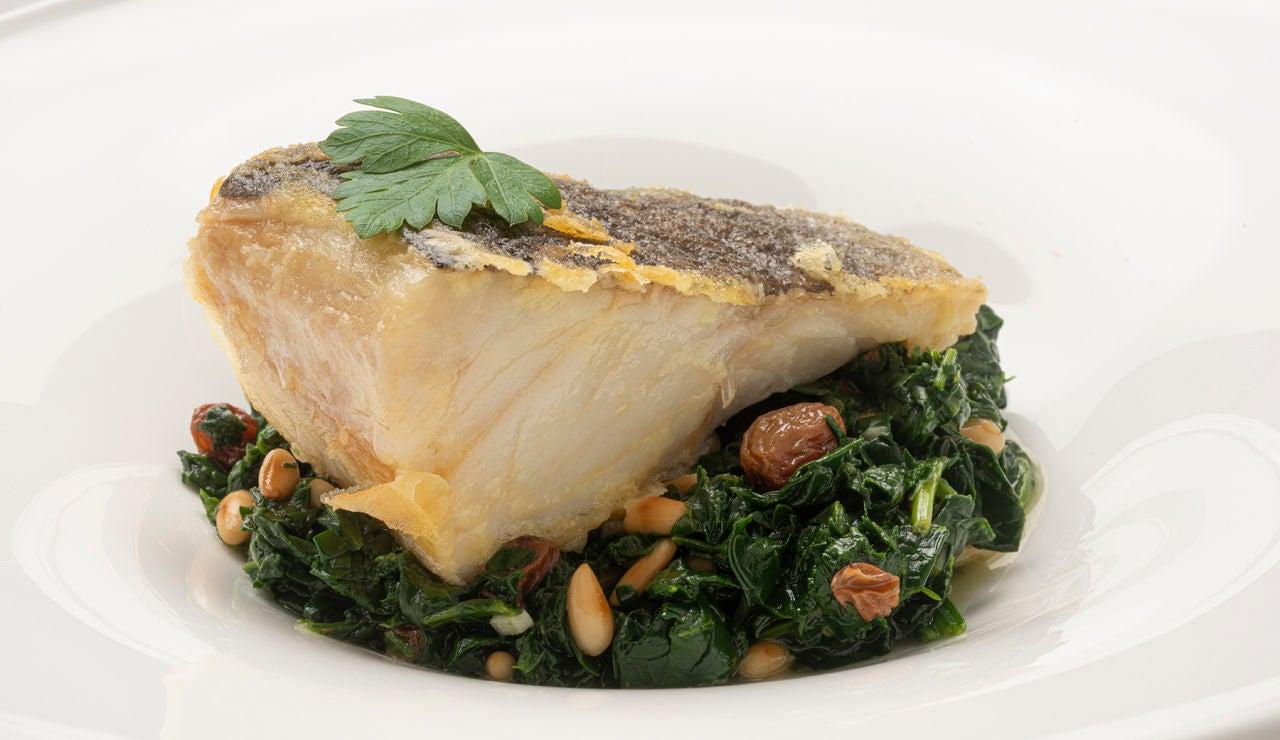 Receta de bacalao con espinacas, pasas y piñones, de Karlos Arguiñano