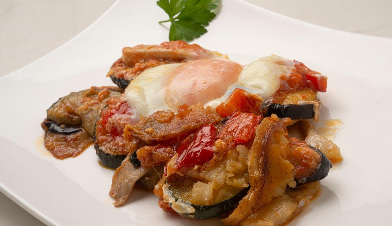 """La receta de Arguiñano que """"gusta a todos"""": pisto con setas y huevos"""