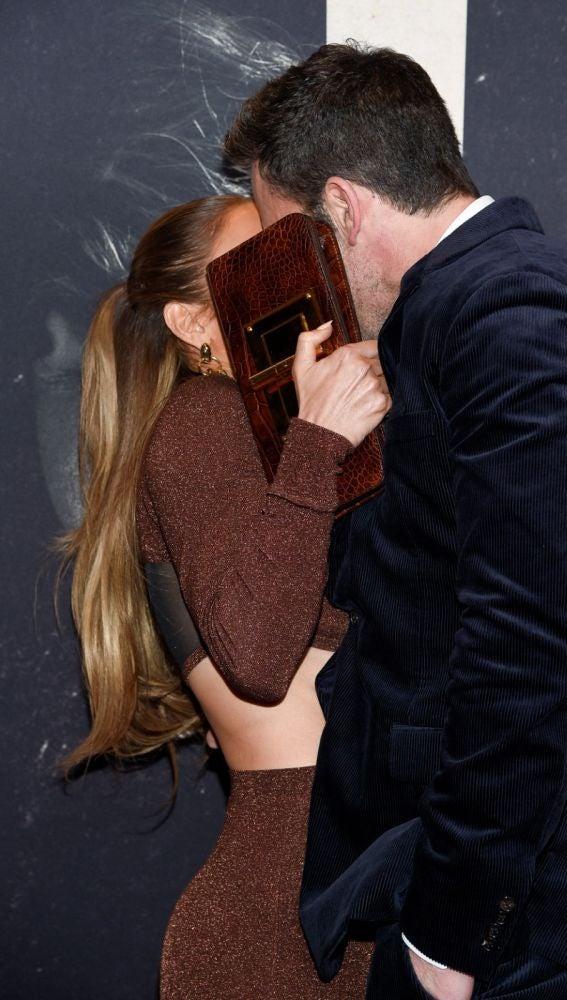 Jennifer Lopez y Ben affleck Timido beso en la alfombra roja