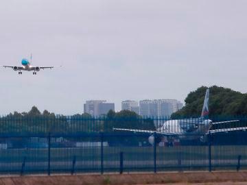Foto de archivo de un avión despegando