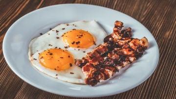Plato de bacon con huevos fritos