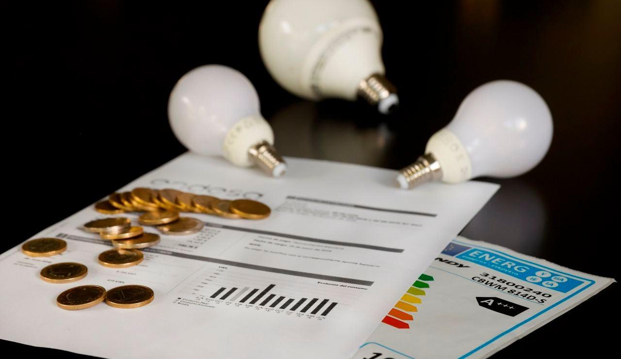 Varias bombillas sobre una factura de la luz