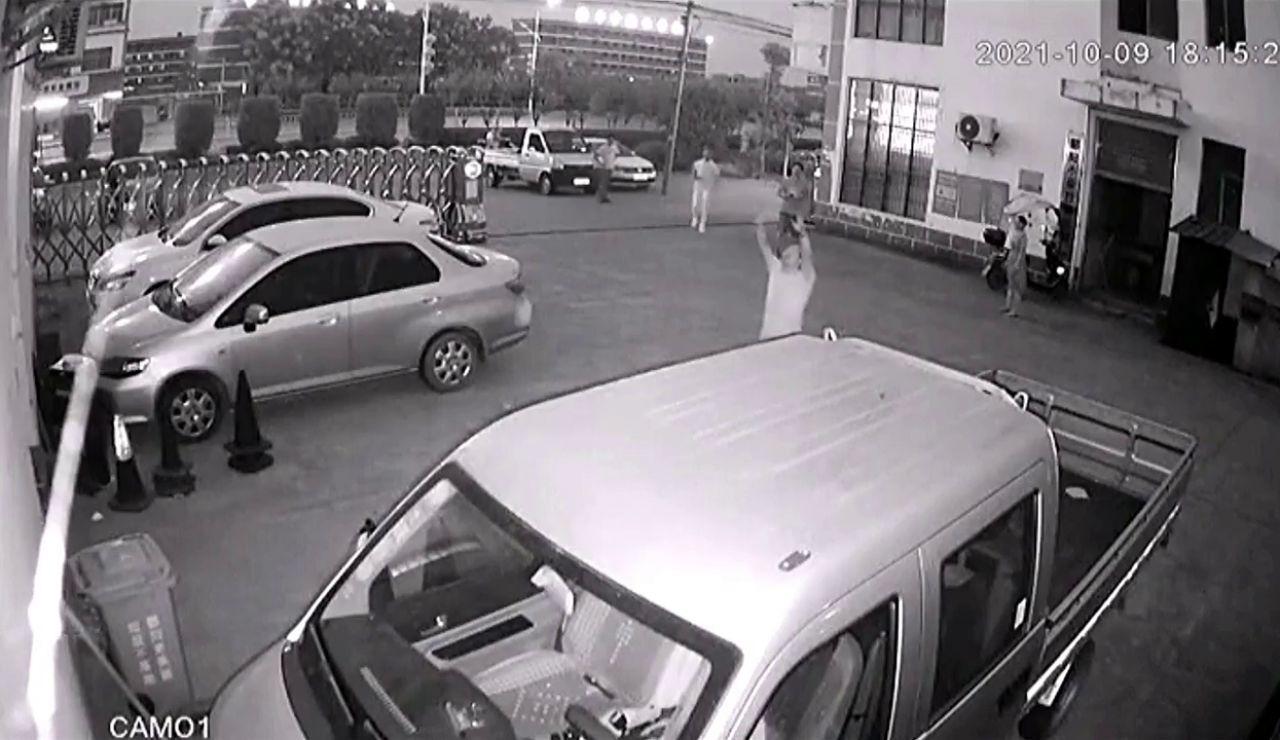 Un hombre atrapa en sus brazos a un niño de 5 años que se cayó del tercer piso del edificio