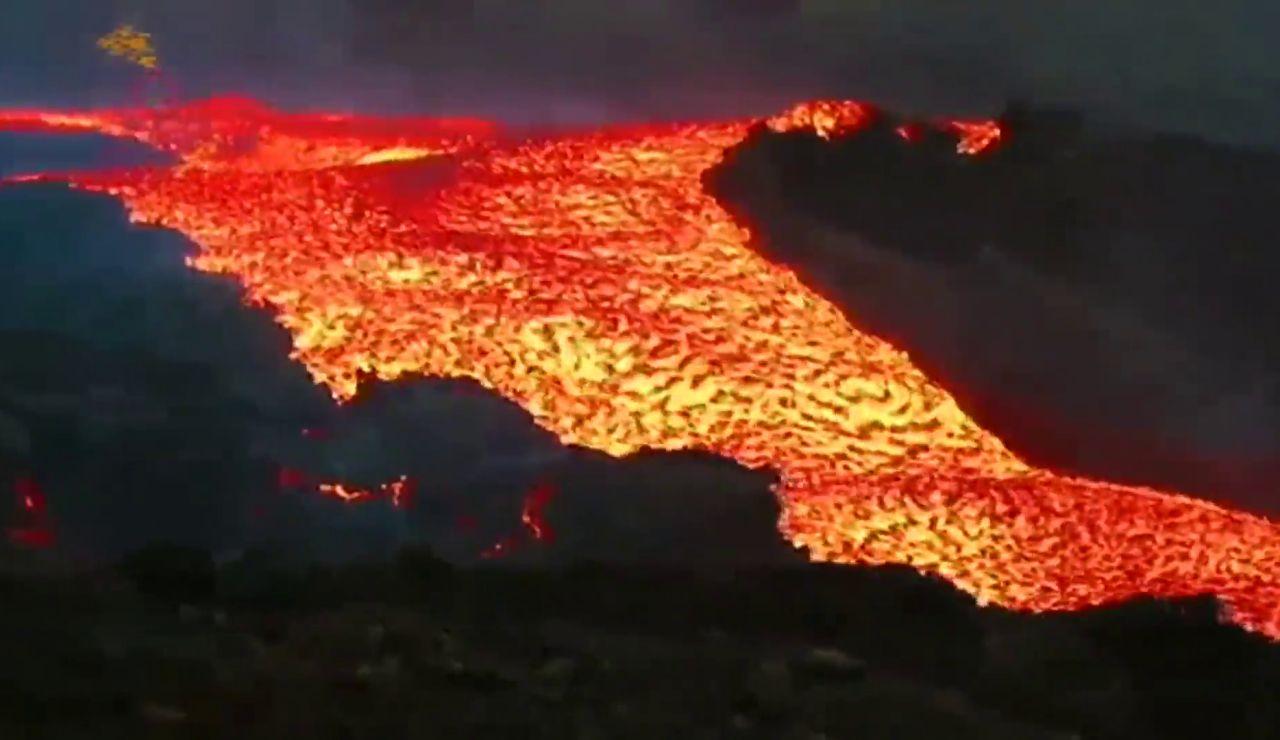 Las impresionantes imágenes del 'tsunami de lava' tras el desbordamiento del cono principal del volcán de La Palma