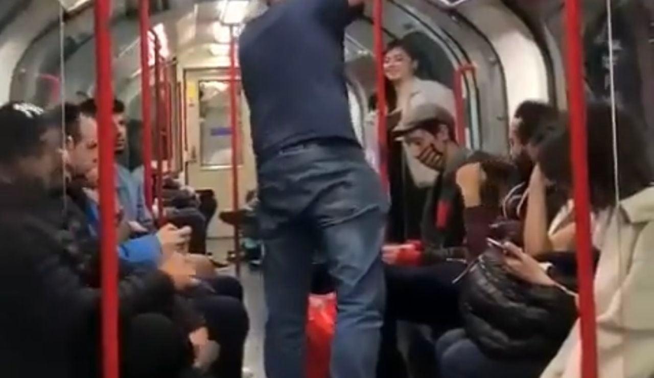 Un grupo de ciudadanos impide una agresión racista en el metro de Londres