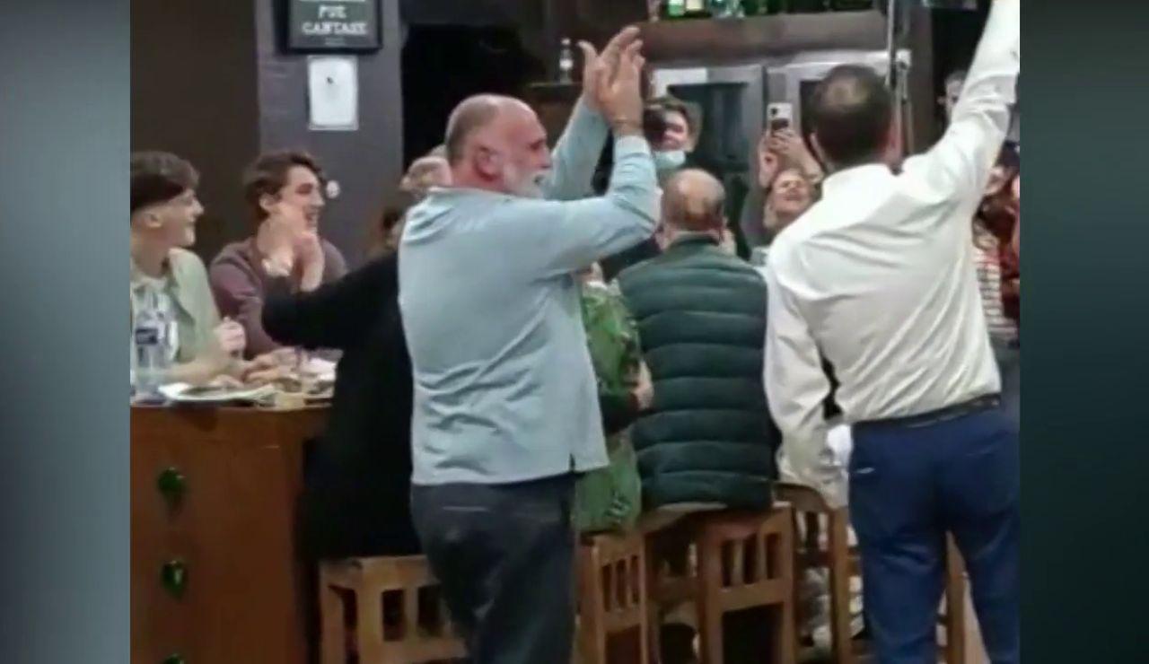 El emocionante 'Asturias, patria querida' de José Andrés en una sidrería antes del Princesa de Asturias