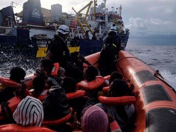 Así ha sido el angustioso rescate de unos migrantes en el Mediterráneo