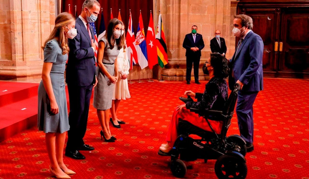 Los reyes Felipe y Letizia, la princesa Leonor (i) y la infanta Sofía saludan a la nadadora Teresa Perales, Premio Princesa de Asturias de los Deportes 2021, antes de la audiencia mantenida este viernes en el Hotel La Reconquista de Oviedo