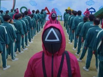Miles de personas se echan a la calle en Corea del Sur protestando con los disfraces de 'El juego del calamar'
