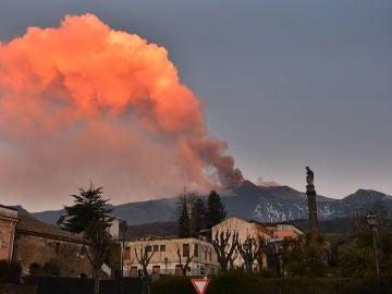 El volcán Etna sufre una nueva erupción en el cráter sureste con lluvia de cenizas