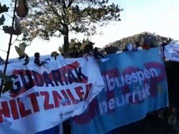 Las víctimas reivindican la memoria de los asesinados por ETA en la manifestación a favor de los presos en San Sebastián