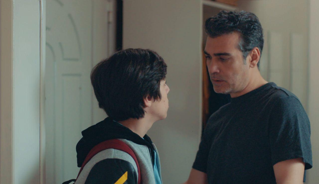 Ali se presenta por sorpresa en casa de Derin y Volkan