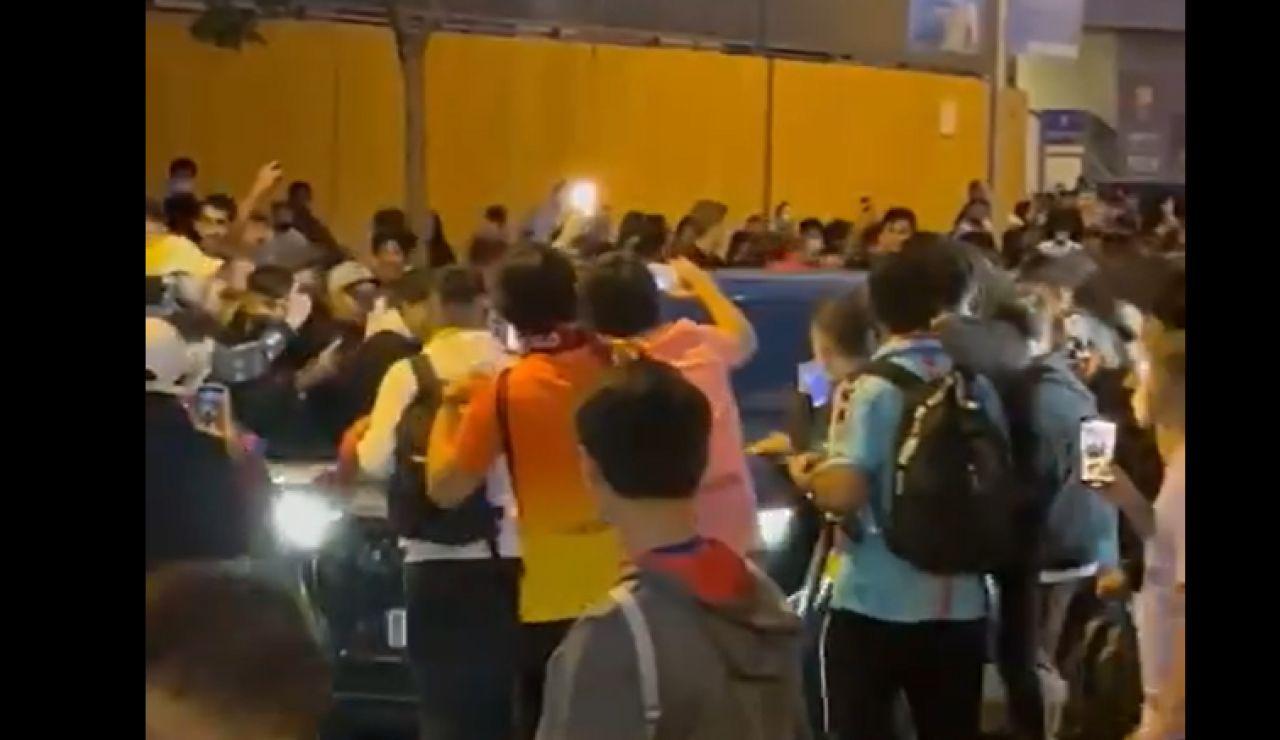 Las vergonzosas imágenes de los aficionados del Barça increpando a Koeman tras perder el Clásico