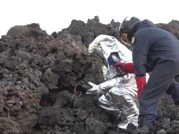 ¿Cómo es el traje especial de la UME para andar por la lava de La Palma?