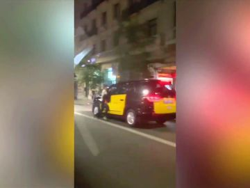 Un taxista atrapa y arrastra a un ladrón que quería robarle el móvil en Barcelona