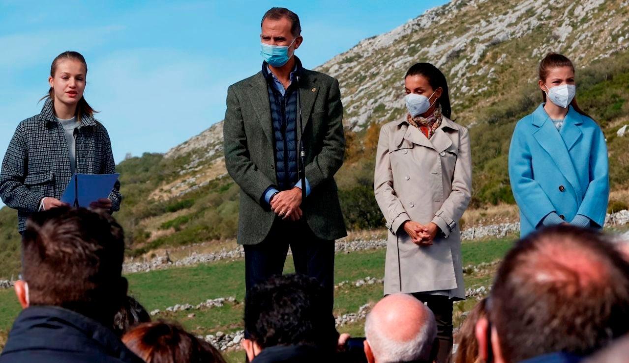 El rey Felipe VI, la reina Letizia, la princesa Leonor y la infanta Sofía durante el acto de entrega de la distinción de Pueblo Ejemplar a Santa María del Puerto, Asturias, en el concejo de Somiedo, la semana pasada