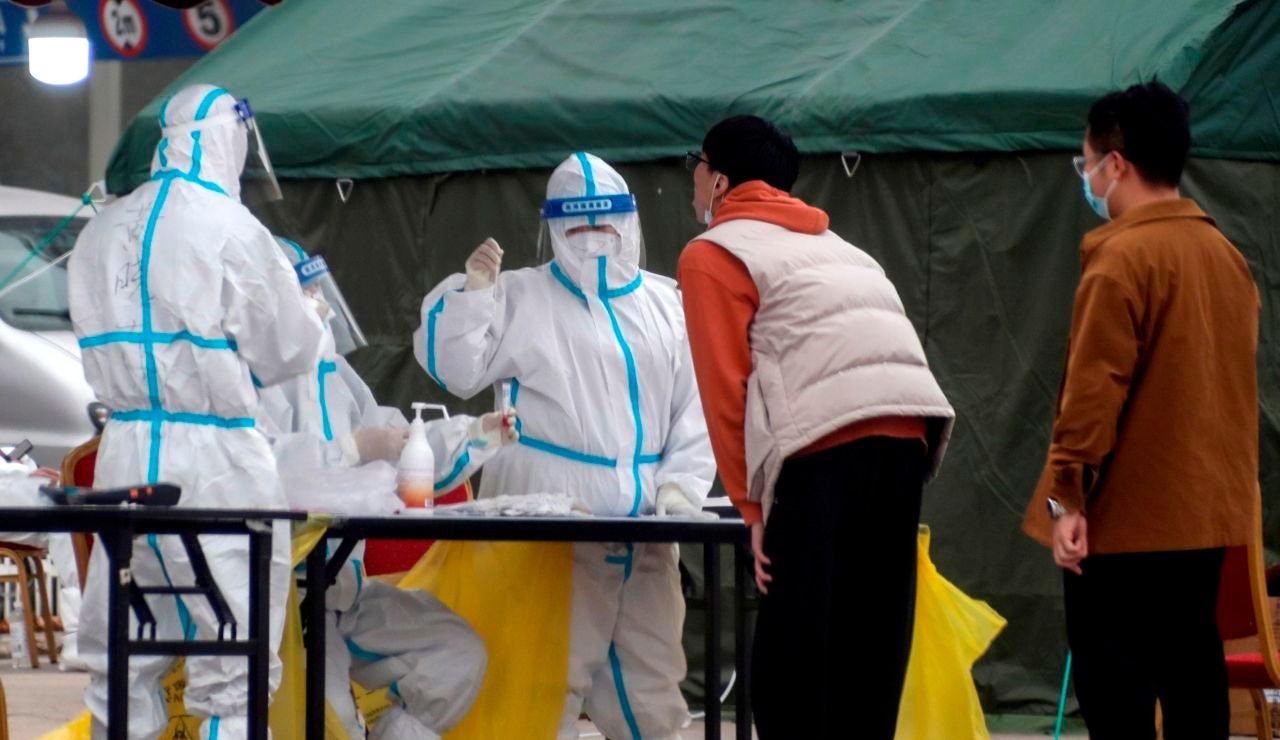 Ciudadanos chinos se someten a una prueba de detección de coronavirus