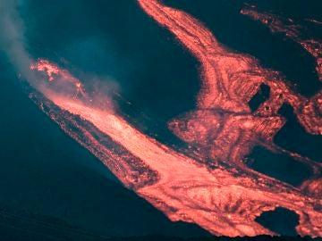 La colada del volcán de La Palma que amenaza el cementerio de Las Manchas avanza a 50 km/h