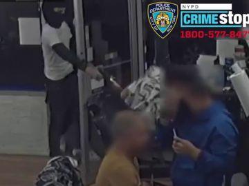 Dos hombres entran en una barbería y disparan a un joven en el Bronx
