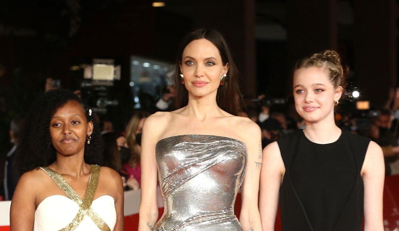 Angelina Jolie, deslumbrante junto a sus hijas Zahara y Shiloh en la alfombra roja de 'Eternals' en Roma