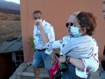 Turistas llegan a La Palma para ver el volcán
