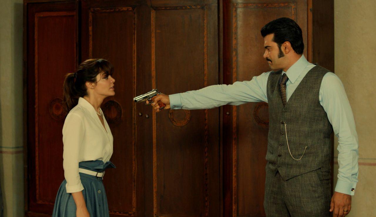 Demir pierde los papeles y apunta a Züleyha con una pistola