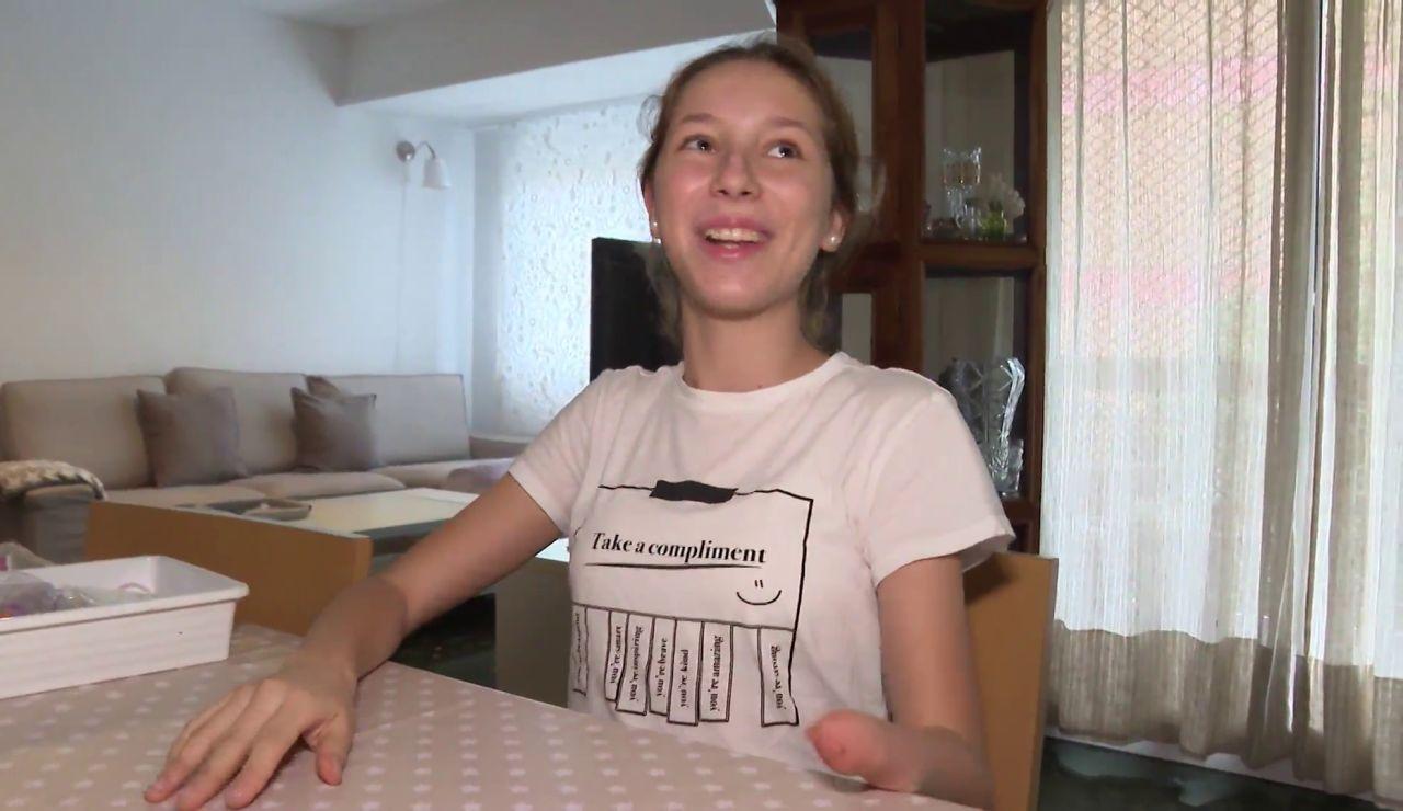 Anita, la joven de 14 años que vende pulseras para conseguir una mano biónica