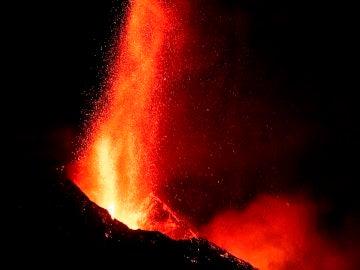 La fuente de lava del volcán de La Palma alcanza los 600 metros de altura en una espectacular imagen