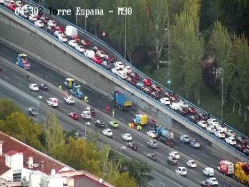 Un accidente entre dos camiones en la M-30 provoca decenas de kilómetros de atasco en Madrid