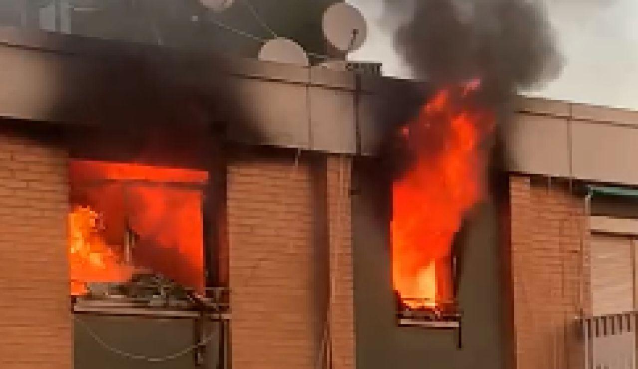 Un hombre se arroja al vacío desde un octavo piso al declararse un incendio en Badalona