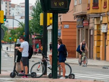 La DGT refuerza la protección a peatones frente a patinetes y bicis con multas de 200 euros