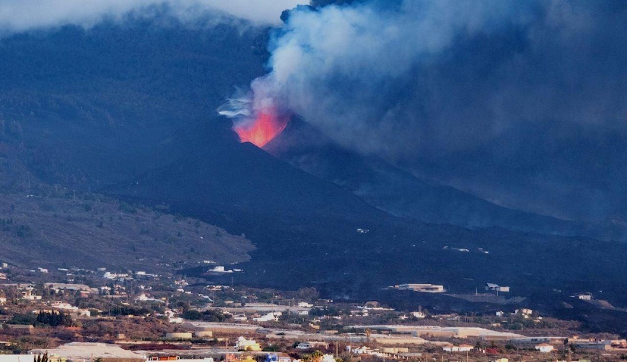 El volcán de La Palma ha entrado en una nueva fase en la que las coladas crecen en altura y van rellenando huecos entre coladas con el flujo de lava que discurre en dirección al mar, y en la que además la presión sobre la tierra ha decrecido. Por primera vez en muchos días, el director técnico del Plan de Emergencias Volcánicas de Canarias (Pevolca)