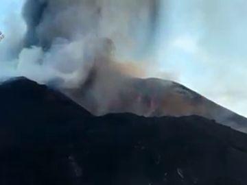 El cono del volcán se derrumba