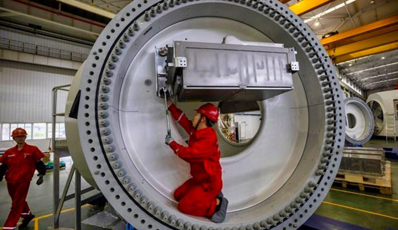 Imagen de unos trabajadores en una turbina en China